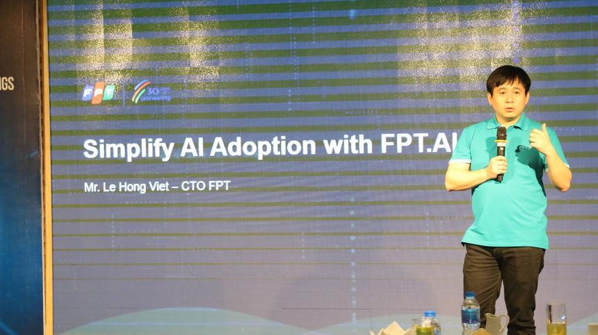"""Tại sự kiện, anh Lê Hồng Việt, Giám đốc Công nghệ FPT, đã chia sẻ về định hướng chiến lược của FPT trong đầu tư nghiên cứu phát triển công nghệ mới theo xu hướng của cuộc cách mạng số. FPT đã đầu tư nghiên cứu các lĩnh vực công nghệ mới như Trí tuệ nhân tạo (AI), Kết nối vạn vật (Internet of things), Dữ liệu lớn, Điện toán đám mây, Xe tự hành… Những nghiên cứu này là điểm then chốt để FPT trở thành đối tác tham gia chuyển đổi số và thậm chí là cùng các tập đoàn lớn trên phạm vi toàn cầu nghiên cứu, phát triển giải pháp, ứng dụng trên nền tảng công nghệ IoT như Airbus, GE, Siemen, Microsoft, AWS, Daiwa Institute of Research (DIR), Toppan, Toshiba…Trong đó, AI được xem là một trong những mảng công nghệ mũi nhọn trong định hướng chiến lược Tiên phong chuyển đổi số tại Việt Nam và trên toàn cầu của FPT. Chia sẻ về định hướng chiến lược chuyển đổi số của FPT, CTO Lê Hồng Việt cho biết FPT tập trung vào 5 hướng chính gồm:Chuyển đổi số toàn bộ hoạt động của FPT;Đồng hành cùng các đối tác lớn trên toàn cầu;Số hóa các giải pháp hiện có của FPT;Nâng cao trải nghiệm của khách hàng vàĐưa ra mô hình kinh doanh mới. """"AI tạo ra cơ hội vô cùng lớn. FPT đang ứng dụng AI giúp giải quyết các bài toán trong lĩnh vực giao thông, y tế…"""", anh Việt chia sẻ. Anh Việt trình bày về mong muốn của FPT là xây dựng trung tâm AI lớn nhất trong vùng và hy vọng những chuyên gia hàng đầu trong lĩnh vực này sẽ chung tay cùng FPT phát triển trung tâm này. """"Các bạn có thể không cần phải về làm việc tại FPT mà sẽ giúp chúng tôi thông qua việc đưa các bài toán của FPT đến được với tất cả các chuyên gia trên toàn cầu để cùng chung sức, chung tay, hợp tác đưa ra lời giải cho các bài toán này"""", GĐ Công nghệ FPT cho hay."""