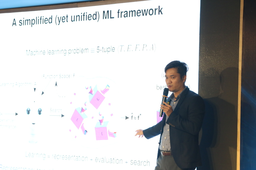 """TS. Ngô Quốc Hưng, Trưởng nhóm nghiên cứu về Trí tuệ nhân tạo, Công ty Ainovation trình bày về chủ đề """"AI cho Việt Nam, một lộ trình"""". TS. Hưng cho hay: """"FPT đang có kế hoạch xây dựng trung tâm AI lớn trong khu vực, thì việc đào tạo con người là vấn đề quan trọng. Chúng ta phải xây dựng một cái nguồn nhân lực tài năng để có người làm những công việc chúng ta cần"""". Chúng ta phải bắt đầu từ việc đào tạo con người, các tập đoàn lớn ví dụ như FPT có một nguồn lực kỹ sư phần mềm rất lớn đây chính là một nguồn nhân lực vô cùng tốt để chuyển đổi sang thành các kỹ sư về công nghệ AI. Đào tạo để có một nguồn nhân tài AI dồi dào để từ đó chắt lọc được những kỹ sư AI để cùng với đội ngũ chuyên gia từ nước ngoài cùng làm về AI. Để phát triển được một trung tâm theo đúng nghĩa hấp dẫn mọi người đến làm việc hợp tác thì cần phải bắt đầu từ con người, đào tạo nhân viên của chính mình và mời các chuyên gia về cộng tác từ xa để tạo ra một cộng đồng. Sau đó phải có chiến lược để làm các chủ đề nghiên cứu mang tính thời sự, tích hợp nhiều công nghệ mà ít người làm được. Để có được nguồn nhân lực này cần phải có những giáo trình đào tạo được chắt lọc từ kinh nghiệm của các chuyên gia có tâm huyết. """"Chúng ta có thể đào tạo về AI cho các em từ học sinh cấp 3. Đây là thời điểm để chúng ta bắt tay cùng làm chung một cái gì đó để cùng xây dựng một trung tâm AI cho Việt Nam"""", TS. Hưng nhận định. TS Hưng khẳng định rằng nếu chúng ta xây dựng được một cộng đồng nhân tài về AI như thế thì chắc chắn chúng ta sẽ thành công."""