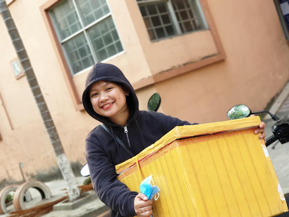 Phan Thị Thanh Tuyền, phòng Hành chính nhân sự, không ngại khó để di chuyển những thùng nước đến địa điểm làm việc của đội ngũ TIN. Với Tuyền, mỗi chai nước góp phần động viên và giảm bớt những mệt mỏi cho đồng nghiệp.