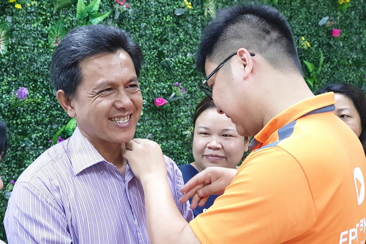 GĐ FPT Telecom Đà Nẵng Nguyễn Đăng Duy trao huy hiệu cho anh Phan Đức Lượng, khối Dịch vụ khách hàng. Gia nhập tháng 7/2015, anh Lượng đảm nhiệm vai trò thu cước cho chi nhánh. Trải qua 4 năm làm việc, anh Lượng không ngại nắng mưa để hoàn thành nhiệm vụ.