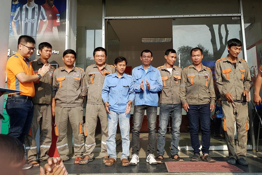 Từng nhóm nhân viên lên nhận huy hiệu và chụp hình lưu niệm. FPT Telecom Đà Nẵng hiện có hơn 130 nhân sự khối kỹ thuật. Đây cũng là lực lượng tiên phòng trong việc phát triển hạ tầng tại Vùng 4 (miền Trung - Tây Nguyên).
