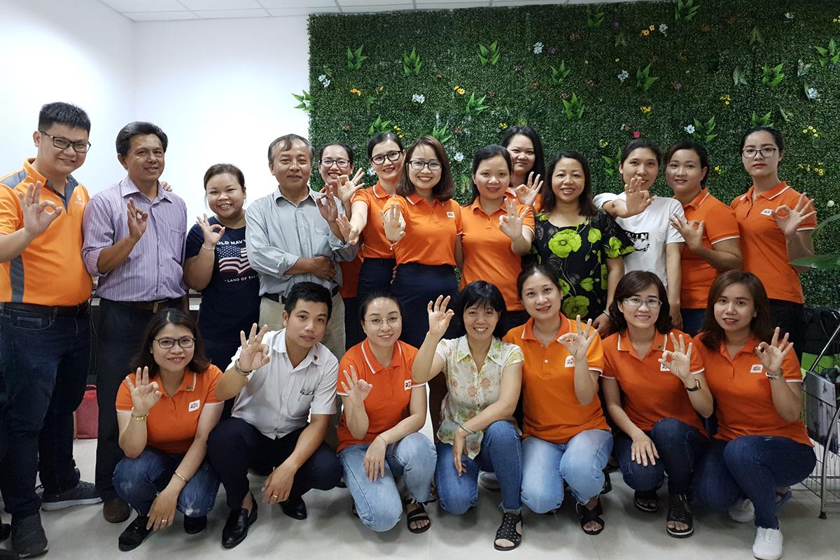 """FPT Telecom Đà Nẵng được thành lập vào ngày 10/4/2009. Trụ sở chính tại số 182-184 đường 2/9, phường Hòa Cường Bắc, quận Hải Châu. Chi nhánh có hơn 200 nhân sự, trong đó nhân viên kinh doanh chiếm 60-65% và luôn được tối ưu hóa tương ứng với quy mô phát triển của chi nhánh. Hiện chi nhánh Đà Nẵng là cánh chim đầu đàn của nhà """"Cáo"""" Vùng 4. Cùng với các chi nhánh khác, Đà Nẵng có chiến lược phát triển ổn định, tạo bàn đạp cung cấp nguồn lực và thực lực về hạ tầng, nhân sự trong chiến lược mở rộng vùng phủ. Nhân dịp kỷ niệm 10 năm, chi nhánh đã triển khai nhiều hoạt động như thi đua kinh doanh, khai trương phòng giao dịch, roadshow, hiến máu..."""