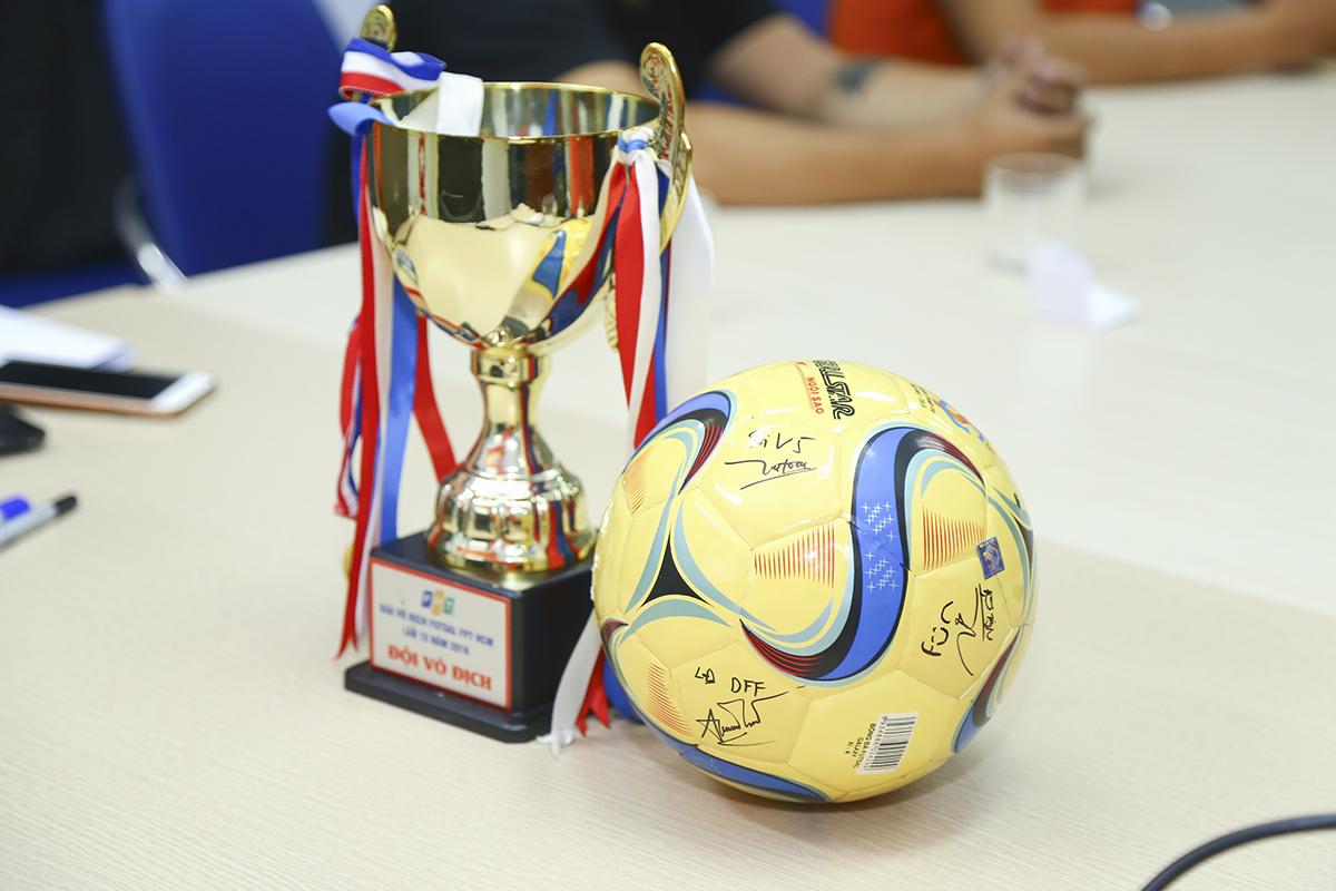 Anh Phan Phước Nhựt - đại diện BTC giải - bật mí dự kiến sẽ chuẩn bị một chiếc Cup lớn để đội Vô địch của mỗi mùa luân phiên lưu giữ thay vì trao cúp nhỏ (trong ảnh) như mọi năm. Ngoài ra, đội Vô địch cũng được khắc tên trên chiếc Cup lớn này. Giải đấu dự kiến khai mạc vào ngày 17/5 tại nhà thi đấu Tân Bình (448 Hoàng Văn Thụ, phường 4, quận Tân Bình).Futsal FPT Telecom HCM là giải bóng đá được tổ chức cho các đơn vị nhà Cáo ở TP HCM. Đây là sân chơi lành mạnh dành cho các cán bộ nhân viên và là dịp để tăng cường gặp gỡ, giao lưu giữa các đơn vị. Giải đấu đã bị gián đoạn 1 năm và đây là lần trở lại sau mùa giải 2017 với chức vô địch thuộc về Pay TV. Trước đó, chiều ngày 13/3, lễ thành lập Liên đoàn Bóng đá Công ty Cổ phần Viễn thông FPT (gọi tắt là Liên đoàn Bóng đá FTEL) diễn ra tại hai đầu cầu HN và TP HCM. Theo đó, CEO FPT Telecom - anh Hoàng Việt Anh là Chủ tịch Liên đoàn; Phó Chủ tịch là anh Chu Hùng Thắng, PTGĐ FPT Telecom. Liên đoàn Bóng đá FPT Telecom được vận hành bởi các tổ chuyên môn, tổ truyền thông, tổ tài chính và tổ thư ký. Trong đó, mỗi tổ sẽ có 2 thành viên, phụ trách khu vực phía Bắc và phía Nam. Thành phần đăc biệt Hội đồng đại biểu, bao gồm 21 đại diện đến từ các đơn vị thành viên. Đây chính là cầu nối giữa Liên đoàn và các đơn vị thành viên, giúp Liên đoàn nắm rõ tình hình hoạt động của từng đơn vị, để từ đó, đưa ra các chính sách, định hướng phát triển phù hợp nhất, kịp thời nhất.