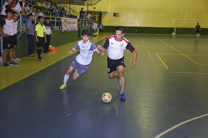 Tối ngày 7/5, ngay sau buổi lễ khai mạc giải bóng đá FIS Close Premium là trận đấu ở bảng A giữa hai đội SRV (áo trắng xám) và ENT (áo trắng đen). Với tư cách đương kim vô địch cùng lực lượng trẻ trung, SRV được đánh giá nhỉnh hơn trong cuộc chạm trán này.