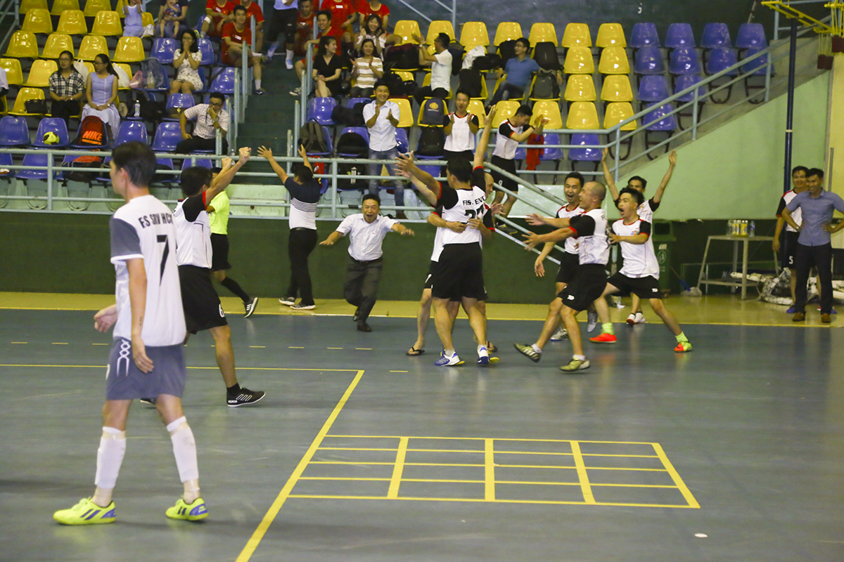 Tấn công nhiều nhưng không ghi được bàn thắng, SRV lại bất ngờ đón nhận bàn thua thứ hai sau sai lầm của thủ môn đội nhà khi không bắt được đường tạt bổng của cầu thủ Nguyễn Thanh Truyền bên phía ENT.