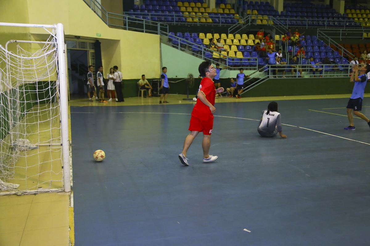 Với các bàn thắng của Anh Tuấn, Ngọc Long, và Quang Thiều, ERP đã khép lại hiệp với lợi thế dẫn trước 6-0, cầm chắc chiến thắng trong tay. Trong khi đó việc thiếu tập luyện trước giải đấu khiến các cầu thủ Bank nhanh chóng xuống sức do thể lực không đảm bảo.
