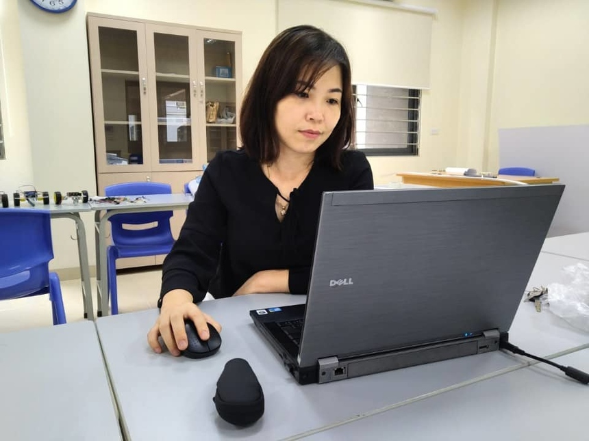 """Là người phụ trách về công nghệ thực tế ảo, công nghệ 4.0 của FPT School, chị Nguyễn Thị Ngọc Linh giải thích thêm về cách ứng dụng công nghệ trong bài giảng: """"Chúng tôi mua bản quyền từ các trang web có public các kho dữ liệu về khoa học, vật lý, sinh học hoặc các môn xã hội… Sau đó sử dụng app trên điện thoại để kết nối lên máy chiếu cho học sinh cùng xem. Vì công nghệ còn khá mới, cần nhiều kỹ năng cũng như ngoại ngữ nên bước đầu nhiều giáo viên bị """"ngợp"""". Tuy nhiên, mọi người cũng bắt nhịp khá nhanh"""". Sắp tới, FPT Schools sẽ sử dụng thêm kính thực tế ảo ở những bộ môn mũi nhọn như vật lý, khoa học, STEM. Nhà trường cũng tiếp tục tiến hành đào tạo định kỳ hàng tháng cho các cán bộ, giáo viên trong trường về công nghệ 4.0 trong giảng dạy."""