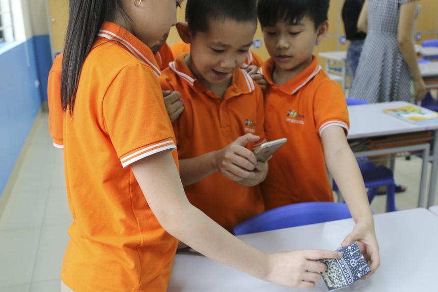Học sinh được chia thành nhiều nhóm nhỏ và cùng nhau tự trải nghiệm công nghệ hiện đại.