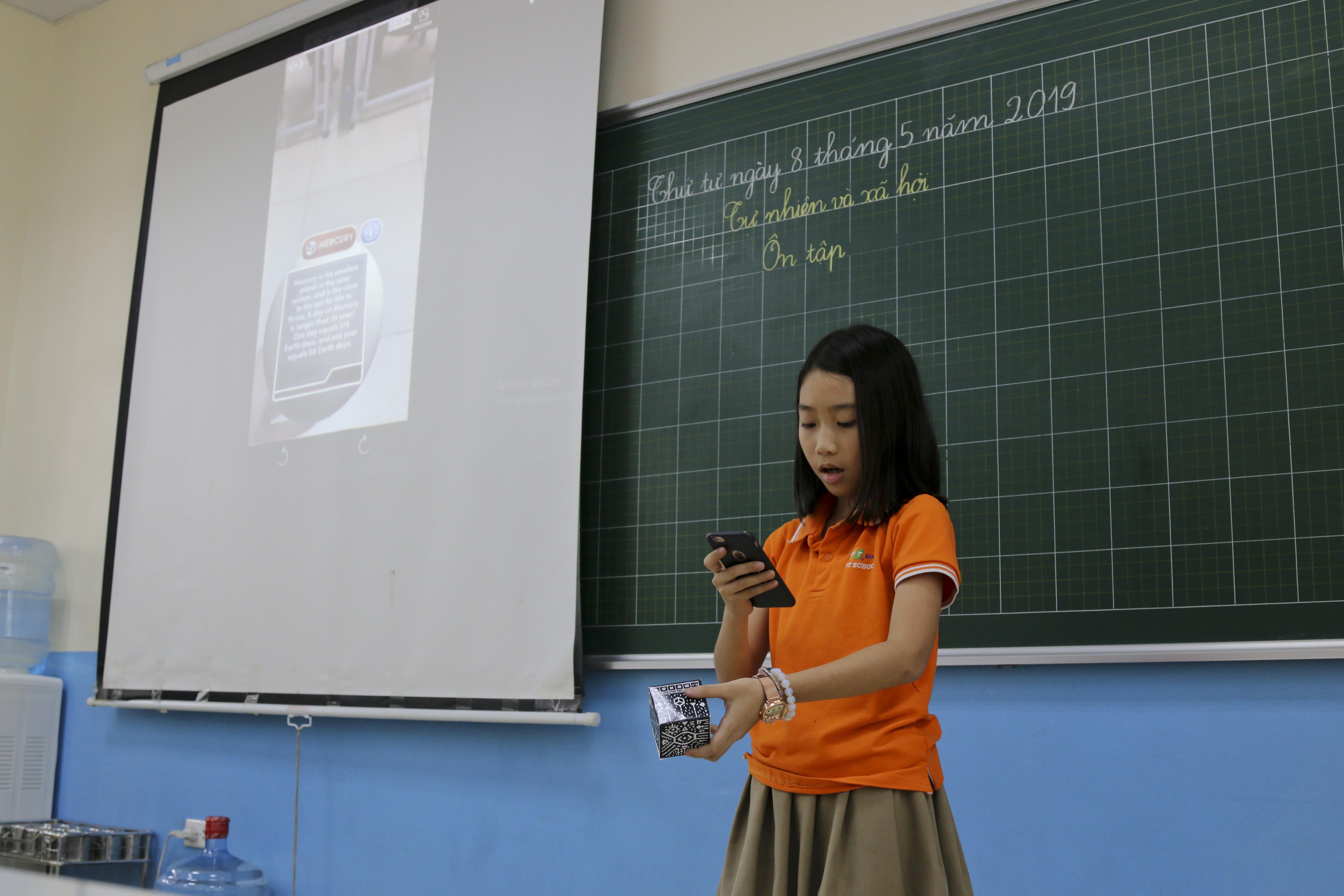 Sau khi cùng tìm hiểu thực tế, từng nhóm cử người đại diện lên trình bày về những hành tinh nhóm đã quan sát được bằng công nghệ thực tế ảo.