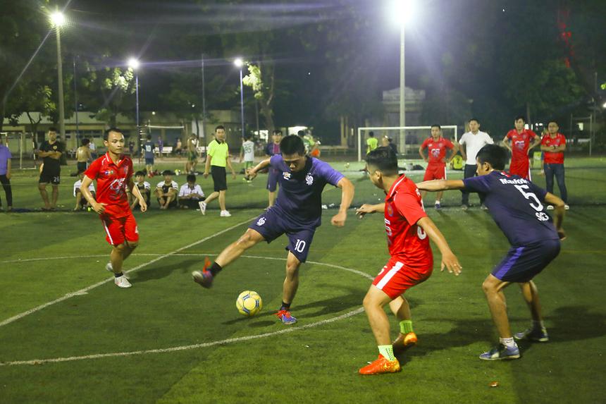 Trận đấu trở nên hấp dẫn hơn với những tình huống tranh chấp quyết liệt, ăn miếng trả miếng của cả hai đội. Giữa hiệp 1, Liên quân tiếp tục vươn lên dẫn trước với bàn thắng của đội trưởng Huỳnh Thanh Lâm.