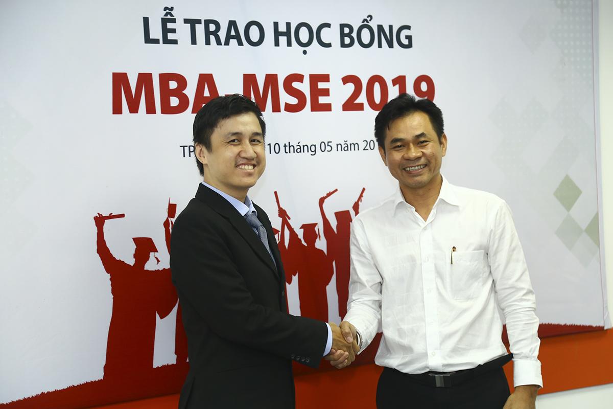 """""""Tìm hiểu về các khóa học MBA trong và ngoài nước nhưng tôi quyết định chọn FSB vì phù hợp với các tiêu chí như: kiến thức mang đậm tính thực tế và kinh phí trong mức cho phép"""", anh Phạm Nguyễn Anh Duy, chuyên viên cao cấp của Công ty Dịch vụ Quốc tế Mekong (bên trái) vừa nhận được học bổng chia sẻ."""