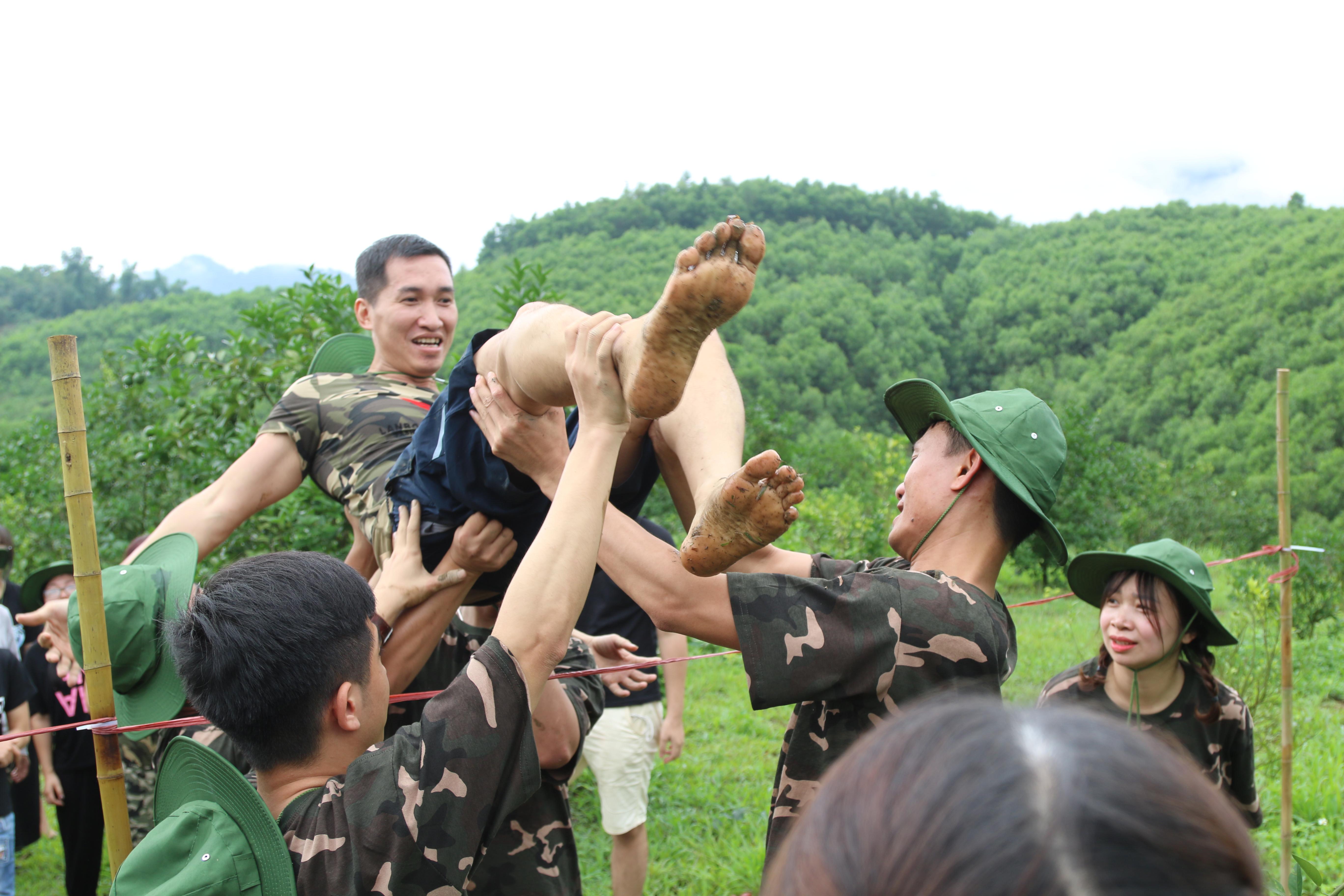 Tiếp theo, các tiểu đội phải đối mặt là phải vượt chướng ngại vật mà ban tổ chức đã chuẩn bị sẵn. Các đội đều phải tính toán kỹ làm sao đưa đồng đội qua mà không chạm vào dây.