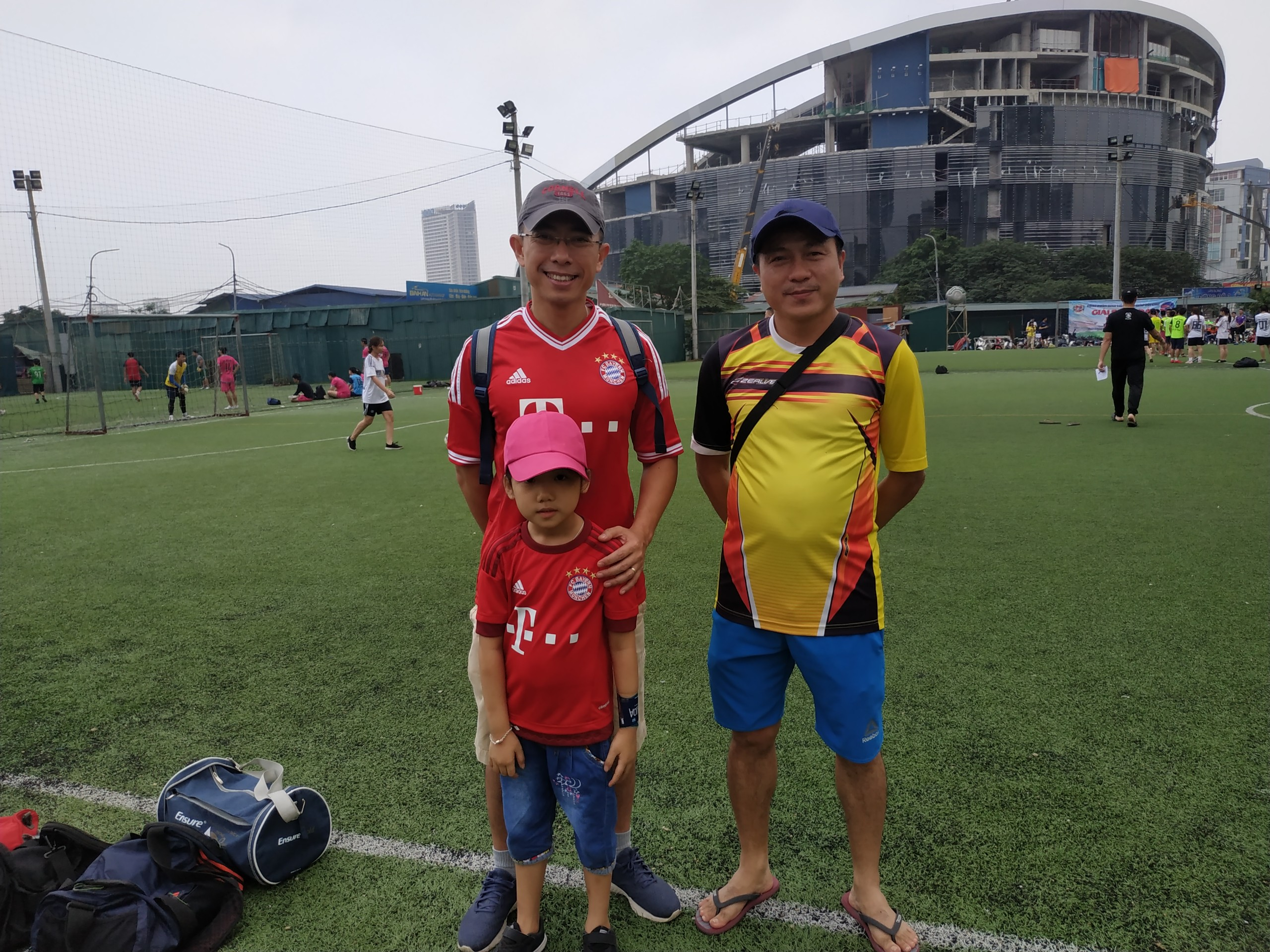 CEO FPT Telecom Hoàng Việt Anh, Chủ tịch Liên đoàn Bóng đá nhà 'Cáo' cùng con gái đến cổ vũ cho các cầu thủ.