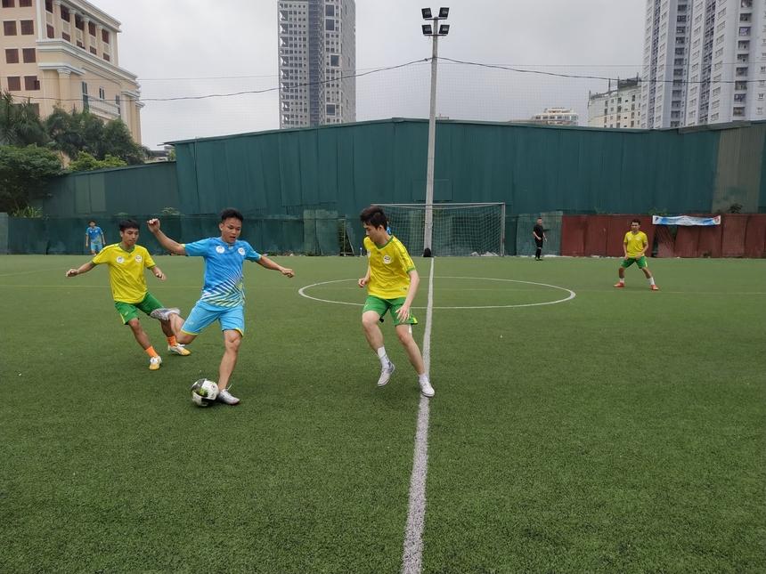 FTEL3 và FTEL1 là hai đội bóng mở màn. Ban đầu, các cầu thủ nhập cuộc dè dặt. 10 phút đầu, FTEL3 trong màu áo xanh tạo một số pha ép bóng nhưng chưa thực sự nguy hiểm, cơ hội đáng kể duy nhất khi đội có bàn phạt góc, sút vào khu vực cầu môn đối phương.