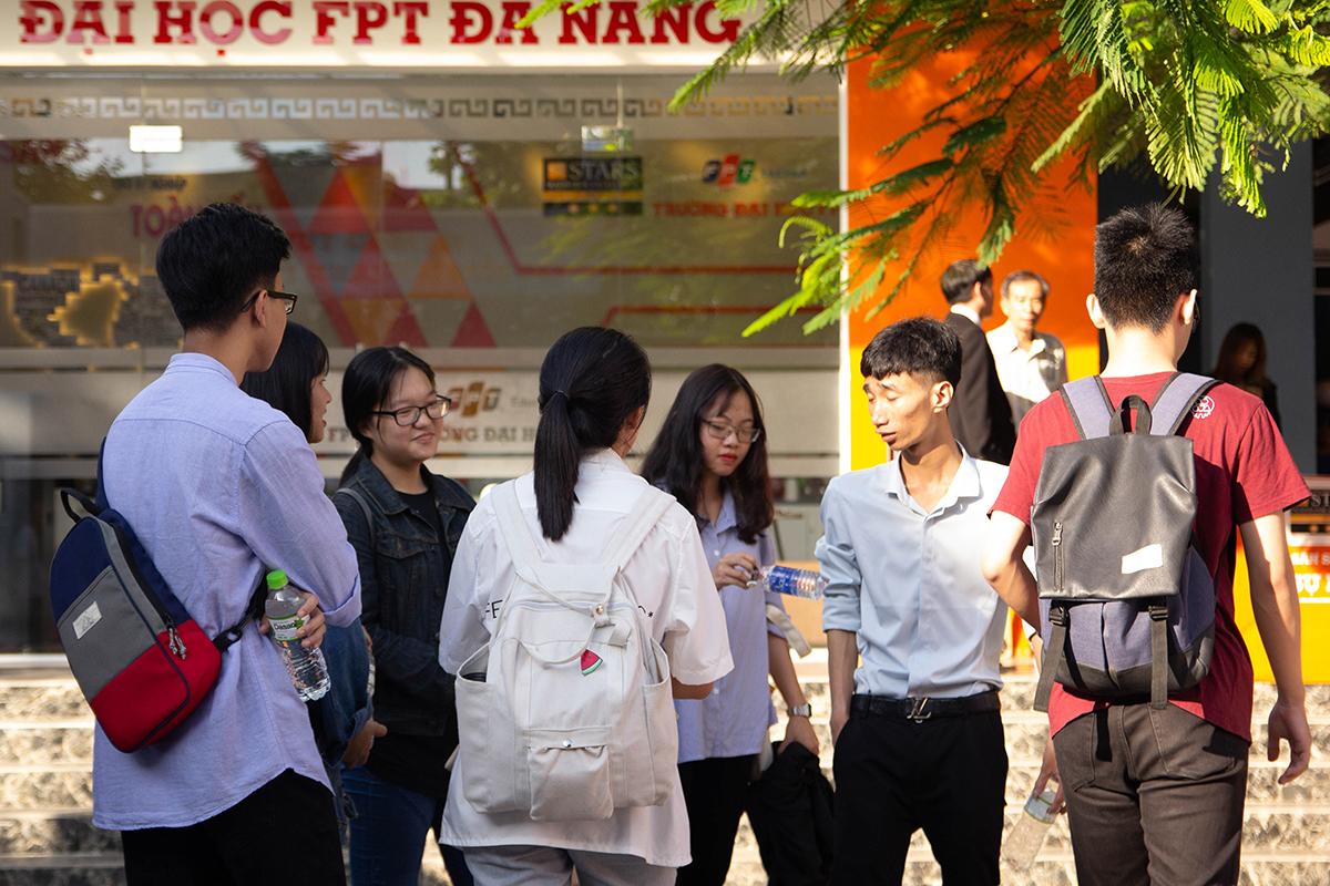 Tại Đà Nẵng, thời tiết không quá nóng để thí sinh bước vào kỳ sơ tuyển của ĐH FPT vào ngày 12/5. Từ 6h, hàng nghìn sĩ tử và phụ huynh đã đổ về các điểm thi cơ sở Đà Nẵng để chuẩn bị thủ tục bước vào phòng thi.