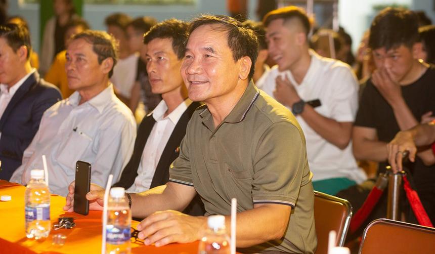 Sân chơi tìm kiếm tài năng của ĐH FPT cơ sở Đà Nẵng diễn ra vào ngày 12/5 tại 137 Nguyễn Thị Thập, quận Liên Chiểu. Anh Huỳnh Tấn Châu, GĐ Khối văn phòng FPT Edu tại Đà Nẵng, chăm chú theo dõi chương trình. Theo anh, sân chơi không chỉ tìm kiếm tài năng mà còn giúp mọi người hiểu hơn về văn hóa và môi trường học tập tại ĐH FPT.