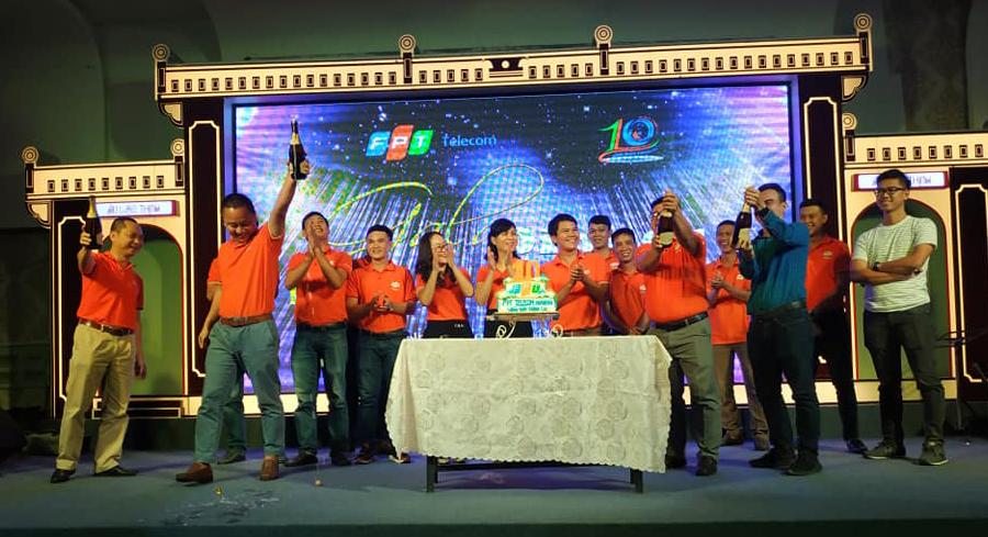 PTGĐ FPT Telecom Hoàng Trung Kiên, GĐ Vùng 4 Nguyễn Thế Quang cùng toàn thể lãnh đạo chi nhánh Khánh Hòa thực hiện nghi thức cắt bánh sinh nhật và bật sâm banh.
