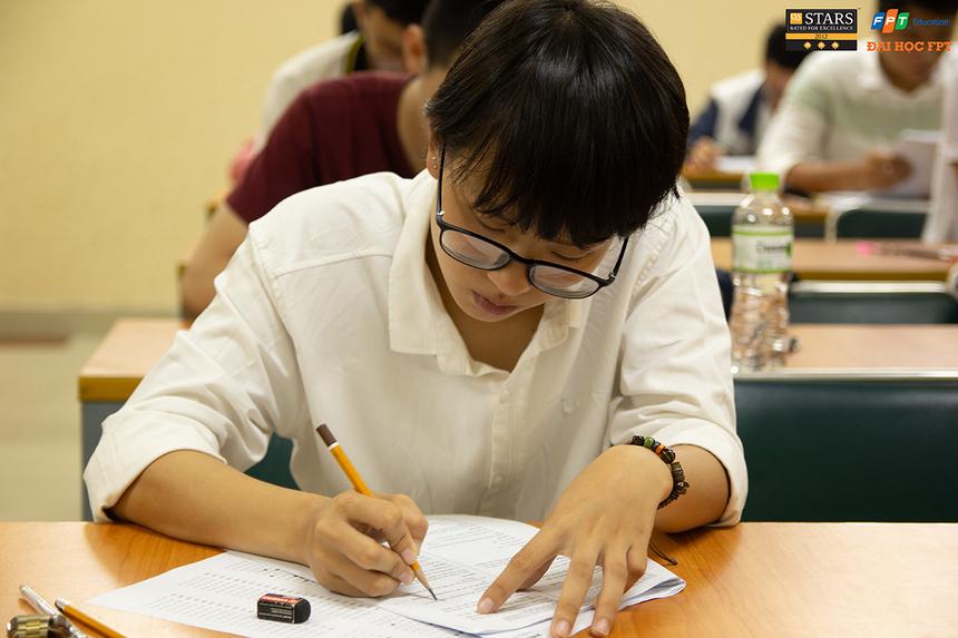 Ngoài giấy tờ tùy thân, giấy báo thi và bút, thí sinh không được mang bất kỳ tài liệu, máy tính nào vào phòng thi. Kỳ thi ngày 12/5 dành cho hai đối tượng: Thi sơ tuyển đầu vào (đối với các thí sinh không đủ điều kiện miễn thi sơ tuyển) và Thi học bổng (đối với các thí sinh đạt tổng điểm trung bình 3 môn trong 2 học kỳ (học kỳ 2 lớp 11 và học kỳ 1 lớp 12, hoặc học kỳ 1 lớp 12 và học kỳ 2 lớp 12) từ 24 điểm trở lên xét theo tổ hợp môn tương ứng với ngành đăng ký học tại ĐH FPT hoặc thuộc đội tuyển thi học sinh giỏi Quốc gia các môn: Toán, Vật lý, Hóa học, Tin học, tiếng Anh.