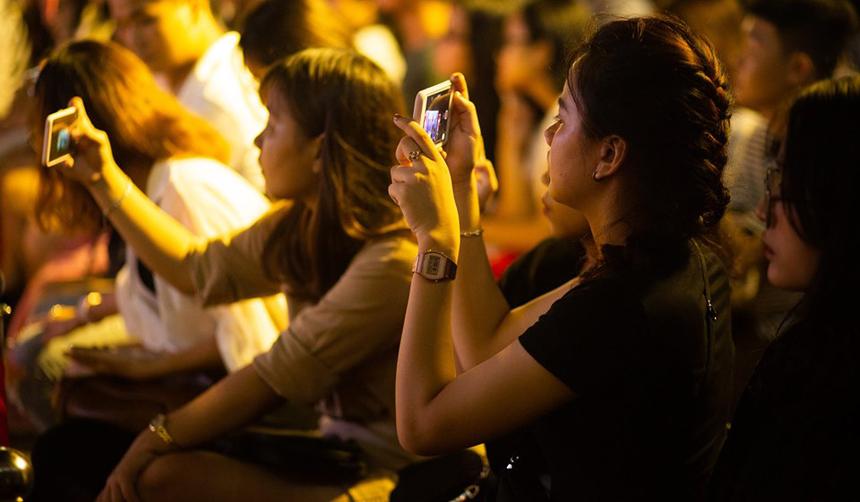 """Nhiều khán giả tranh thủ ghi lại khoảnh khắc đẹp của thí sinh trên sân khấu. Việt Anh, sinh viên Đại học Sư Phạm Đà Nẵng, cho biết, thí sinh còn trẻ nhưng thần thái biểu diễn khá chuẩn, biết cách làm chủ sân khấu. Bản thân ấn tượng với tiết mục """"Ghé Qua"""" của Black Band..."""