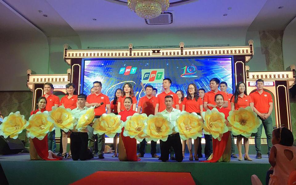 Tập thể CBNV FPT Telecom Khánh Hòa thể hiện hai ca khúc Dòng sông lời thề và Đoàn FPT.