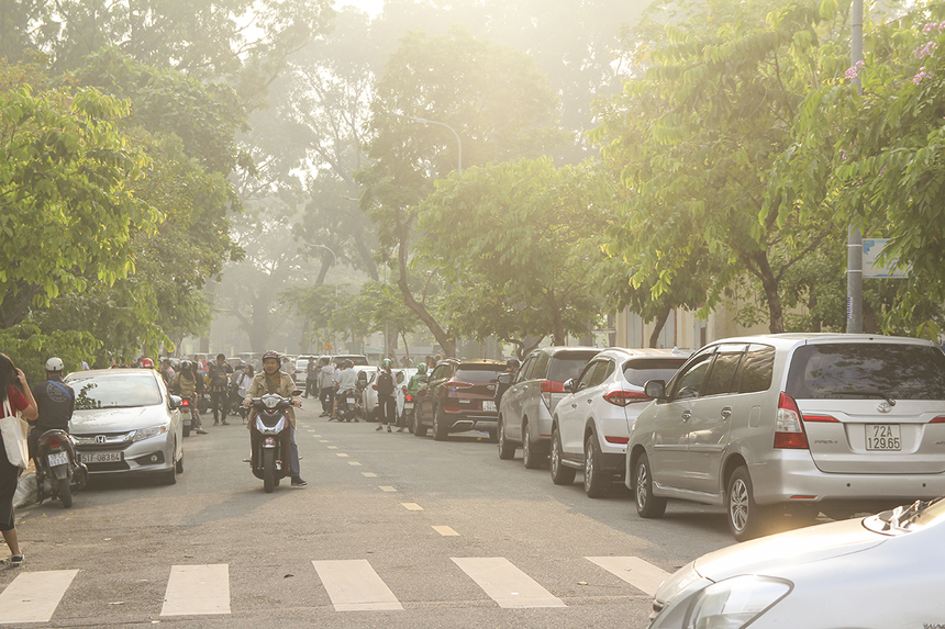 Hàng trăm chiếc xe ô tô nối đuôi nhau đậu kín các con đường xung quanh ĐH FPT cơ sở TP HCM ở khu Công viên Phần mềm Quang Trung (quận 12). Đa số trong này là các thí sinh ngoại tỉnh được gia đình đưa đi thi.