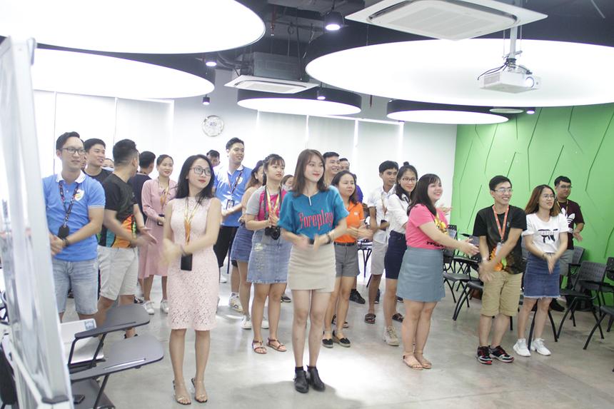 """Khóa học dành cho cán bộ phong trào với chủ đề """"Truyền cảm hứng - Tập hợp lực lượng"""" được diễn ra vào sáng nay (15/5) tại FPT Complex. Chương trình do trường Đào tạo Cán bộ FPT (FCU) phối hợp với Ban Văn hóa - Đoàn thể FPT (FUN) tổ chức.Mở đầu, Chủ tịch FPT Software Hoàng Nam Tiến cùng các học viên khởi động bằng điệu nhảy """"FPT 30 năm Tiên phong""""."""
