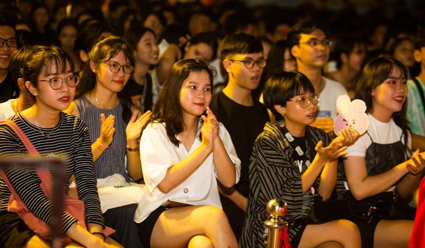 Đêm chung kết FPTU Da Nang's Got Talent tối ngày 12/5 có sự tham gia của gần 2.000 khán giả, với phần lớn sinh viên FPT. Bên cạnh thưởng thức các tiết mục tranh tài, các bạn trẻ còn được giao lưu những khách mời đặc biệt như Thái Sơn Beatboxer, Mạnh Quyền, Dũng Khánh hay 'Hoàng tử Indie Việt' Thái Vũ.