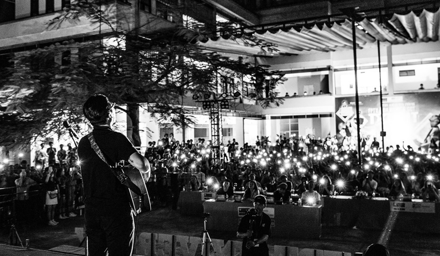 Khán giả không ngại ngần bật đèn flash điện thoại và hát theo cùng nam ca sĩ.