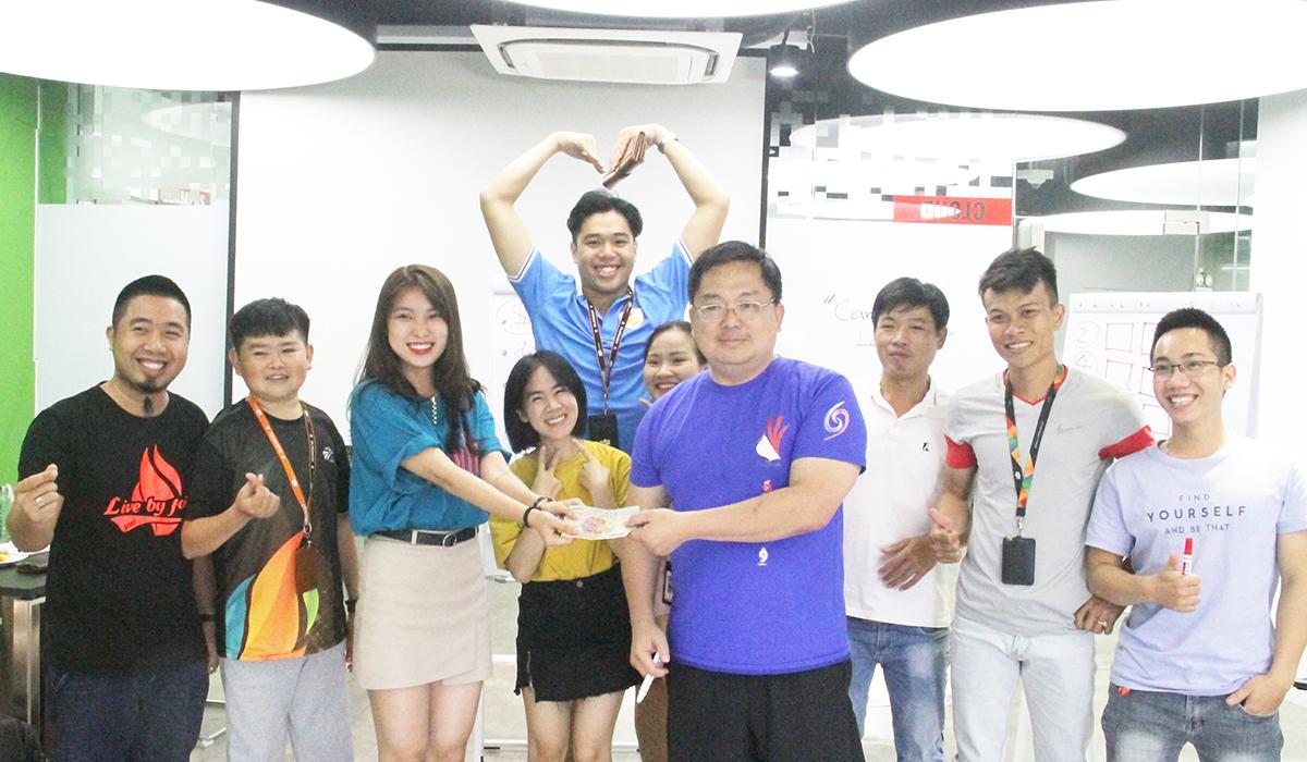 Phần thưởng của thử thách thứ 3 được Chủ tịch FPT Software Hoàng Nam Tiến trao cho nhóm 1 của anh Nguyễn Hữu Phong, Ban Văn hóa - Đoàn thể FPT Software tại Đà Nẵng.