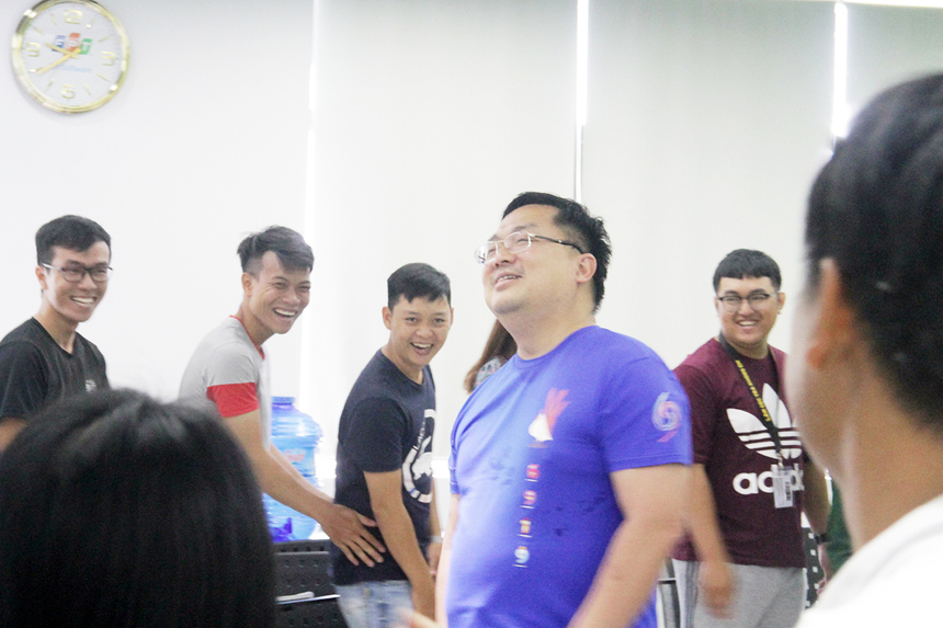 Sau những ca khúc STCo truyền cảm hứng cho học viên, anh Tiến còn tổ chức nhiều mini game đồng đội, khích lệ mọi người tương tác với nhau. Bản thân vị Chủ tịch FPT Software cũng không giấu được sự xúc vui vẻ.