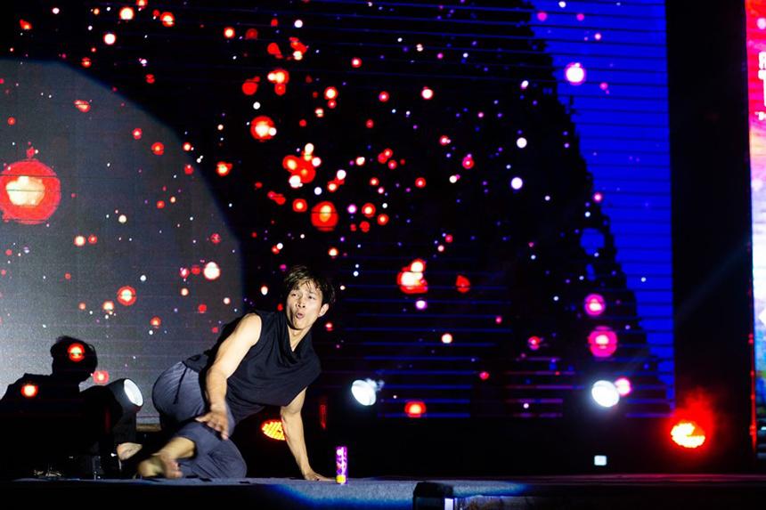 """Bầu không khíFPTU Da Nang's Got Talent đổi chiều khi khán giả được chứng kiến những động tác """"bay lượn"""" của giám khảo Mạnh Quyền. Anh được biết đến với biệt danh """"Thiên tài nhảy múa""""."""