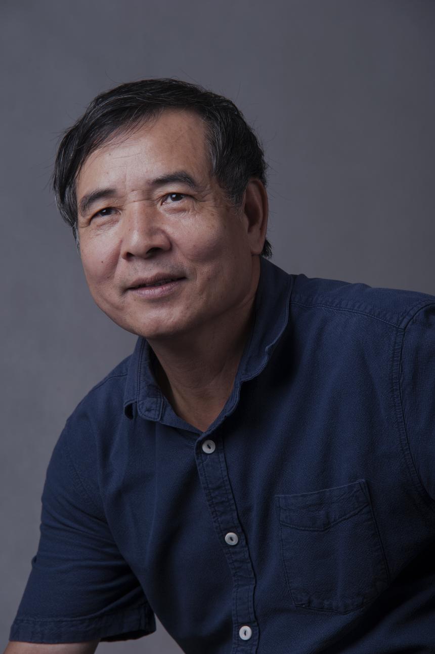 Đại sứ FPT Education - Lê Trường Tùng Chủ tịch ĐH FPT Lê Trường Tùng là người tham gia sáng lập và phát triển lĩnh vực giáo dục của FPT từ năm 1999 và cũng là Hiệu trưởng đầu tiên của ĐH FPT từ năm 2006 đến năm 2014. Trước bối cảnh số lượng sinh viên CNTT thiếu về số lượng, kém về chất lượng và đào tạo tiếng Anh cho sinh viên còn khá hạn chế, anh đã đưa ra mô hình đào tạo sinh viên đại học mới tại Việt Nam - ĐH hướng nghiệp, ĐH của kỷ nguyên internet thông qua việc thành lập ĐH FPT. Anh mong muốn sinh viên của ĐH FPT được đào tạo tại Việt Nam nhưng có thể làm việc trên phạm vi toàn cầu. Dưới sự dẫn dắt của anh, ĐH FPT đã trở thành trường đào tạo CNTT lớn trên cả nước và đang vững vàng bước vào giai đoạn mới, góp phần toàn cầu hóa giáo dục Việt Nam.