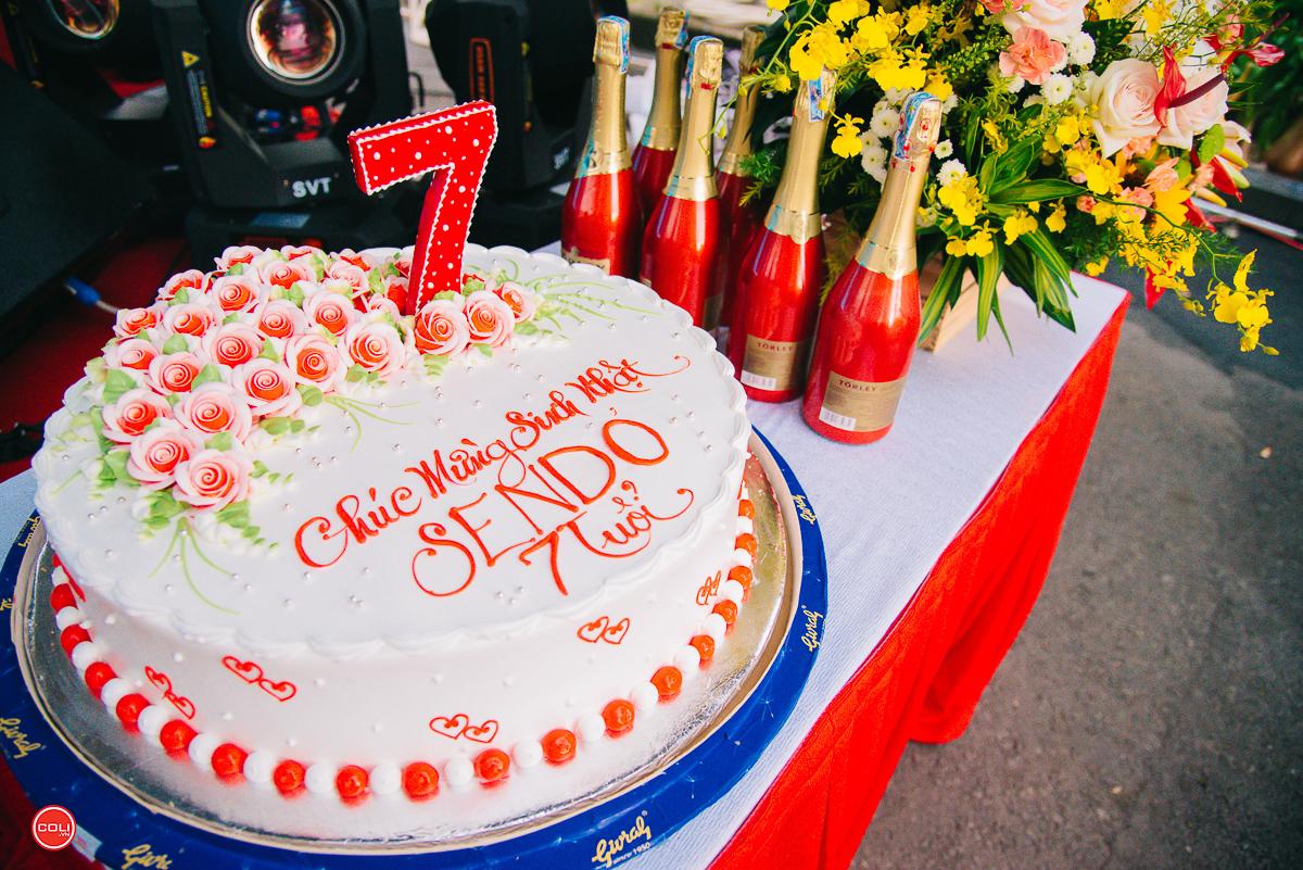 """Khoảng 700 CBNV Sendo.vn đã tham gia vào tiệc sinh nhật công ty, ôn lại những dấu ấn của năm qua như bước chuyển về mặt thương hiệu với sự xuất hiện của """"chị đại"""" Mỹ Tâm, sự thành công vang dội của các chiến dịch lớn như Black Friday và chiến dịch Tết, ra mắt SenMall, đưa thương mại điện tử đến gần hơn với người dân. Sen Đỏ đã khẳng định vị thế trên thị trường với việc lọp top những sàn TMĐT lớn nhất Việt Nam và Đông Nam Á, lọt top 1 trên App Store và Play Store."""