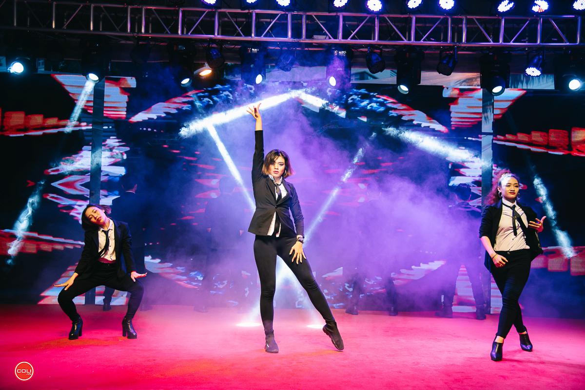 Chương trình văn nghệ đa thể loại làm nóng sân khấu với các ca khúc được remix theo phong cách đặc trưng của các thập niên khác nhau trong lịch sử âm nhạc Việt Nam.