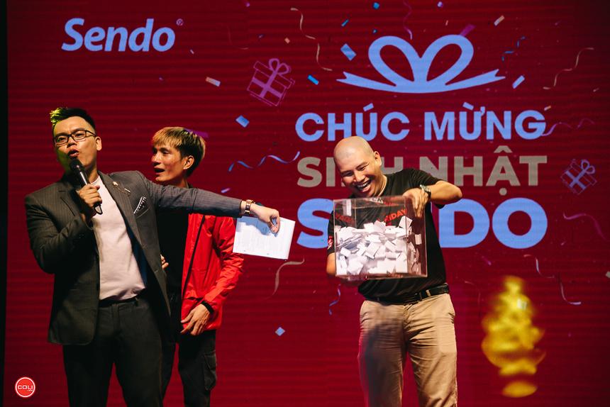 Màn bốc thăm trúng phiếu mua hàng trên Sendo.vn trị giá 1 triệu đồng và 5 triệu đồng.