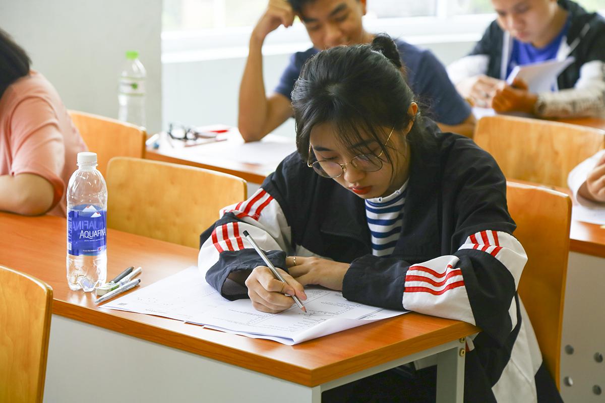 Thí sinh điền thông tin trước khi bắt đầu vào môn thi đầu tiên. Bài thi 1 đánh giá năng lực phổ thông và năng lực chuyên biệt đối với ngành học đăng ký dự thi. Bài thi 2 đánh giá năng lực nghị luận thông qua một bài luận có chủ đề thông dụng, gần gũi.