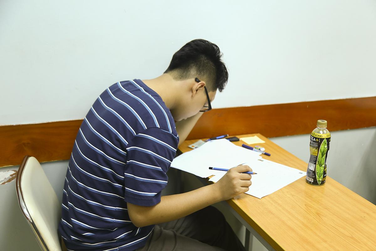 """Trong kỳ thi này, bài thi đầu tiên kéo dài 120 phút, nhằm đánh giá năng lực phổ thông nền tảng và năng lực chuyên biệt có liên quan đến ngành học đăng ký dự thi. Các nội dung tập trung đánh giá về mặt kỹ năng của thí sinh, bao gồm: kỹ năng tính toán, phân tích thông tin, tư duy logic…; 90 câu trắc nghiệm trong bài được xây dựng theo dạng đề GMAT, GRE và LSAT của Mỹ. """"Đây chính là kiểu đề thông dụng để các ĐH trên toàn nước Mỹ lấy cơ sở chọn lựa những thí sinh ưu tú nhất trúng tuyển"""", đại diện ĐH FPT cho biết. Vẻ căng thẳng của thí sinh trước 90 câu hỏi IQ và tính toán ở bài thi đầu tiên."""