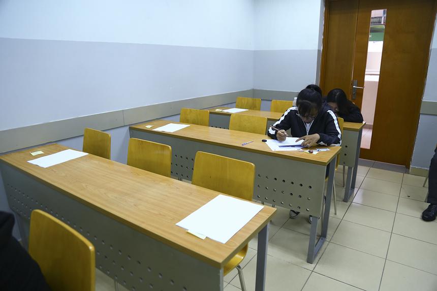 Bài thi thứ hai nhằm đánh giá năng lực nghị luận thông qua một bài luận có chủ đề thông dụng và gần gũi với học sinh. Vẫn tiếp nối phong cách ra đề quen thuộc, câu hỏi năm nay đưa ra tình huống thực để thí sinh cùng bàn luận về phương pháp học ngoại ngữ.