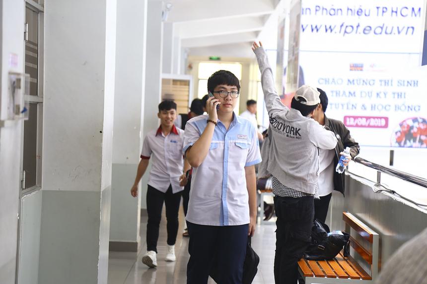 Gần 12h, các thí sinh hoàn thành 2 bài thi trắc nghiệm và tự luận. Điều đầu tiên là gọi cho bố mẹ để đang mỏi mắt đợi chờ.