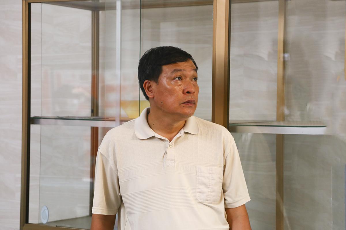 Người cha tìm con mình trong số hàng trăm thí sinh đang bắt đầu rời phòng thi.