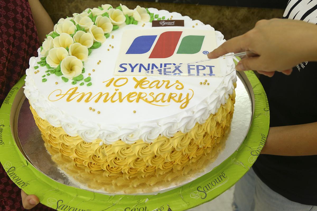 Bên cạnh trào quà, tham gia các cuộc thi online, người Phân phối 3 miền cũng tổ chức cắt bánh kem, tiệc ngọt nhân ngày đặc biệt của công ty.