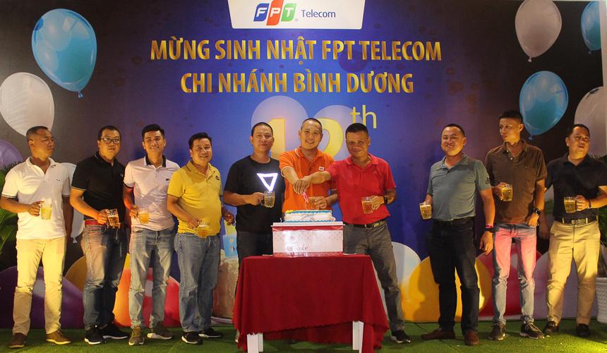 Tiệc sinh nhật có sự tham gia của anh Nguyễn Ngọc Khánh - Giám đốc Vùng 6 (áo đỏ) cùng toàn bộ giám đốc các chi nhánh trong miền Đông Nam bộ. Người đứng đầu Vùng 6 chúc Bình Dương luôn giữ vững ngôi đầu về phát triển thuê bao, doanh thu cũng như lợi nhuận ở tuổi mới.