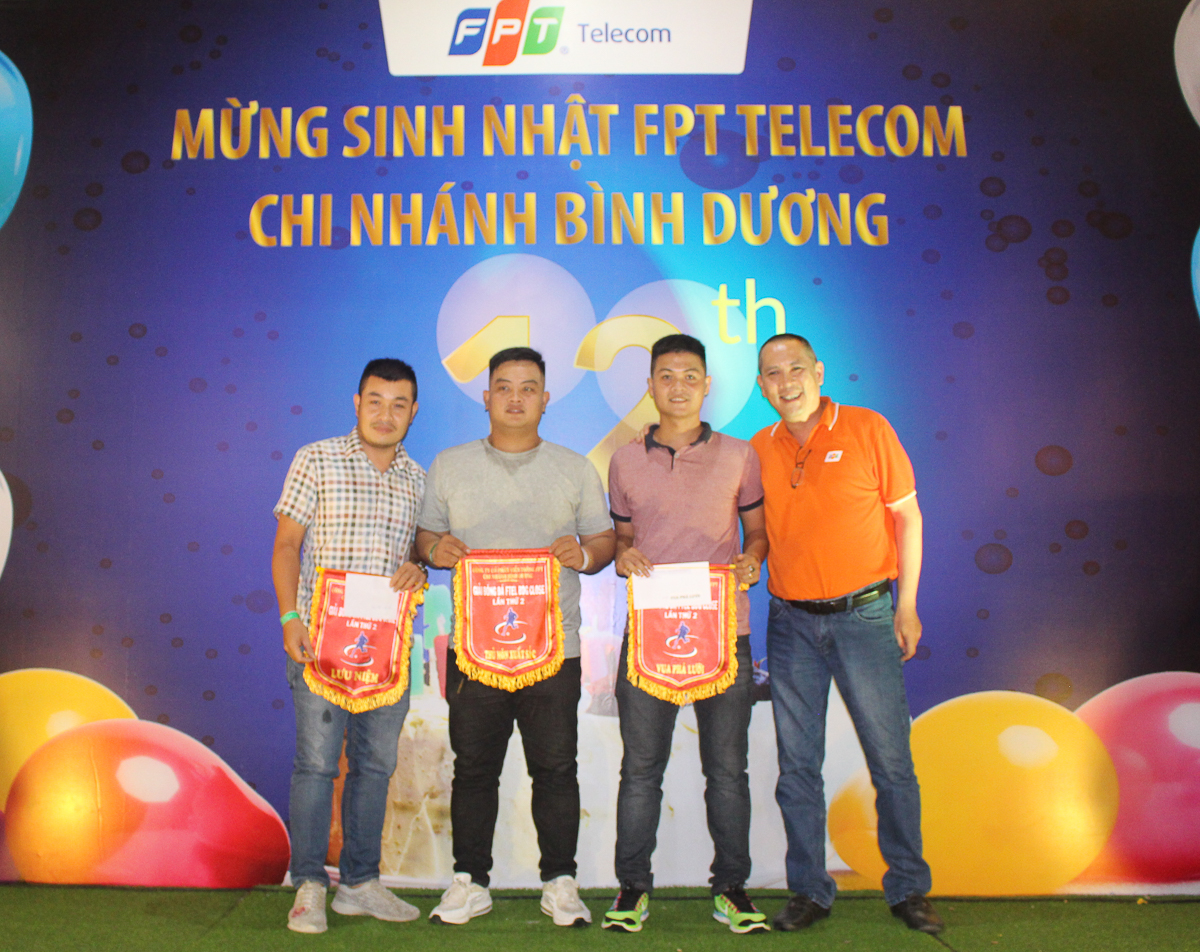 Anh Phạm Hoàng Long trao thưởng cho cầu thủ vua phá lưới, thủ môn xuất sắc và cuối là cầu thủ xuất sắc nhất giải đấu (theo thứ tự phải qua).