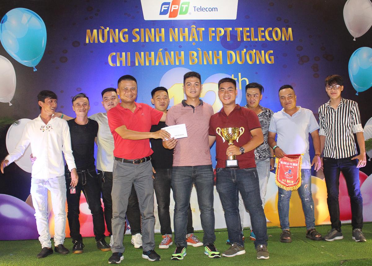 Đại diện đội BDD3 - Supper 50 (Trung tâm Thuận An), anh Lê Thanh Thiện (ngoài cùng bên phải) và vua phá lưới Nguyễn Trung Thạch (giữa) nhận Cup và phần thưởng từ Giám đốc Vùng 6 Nguyễn Ngọc Khánh.