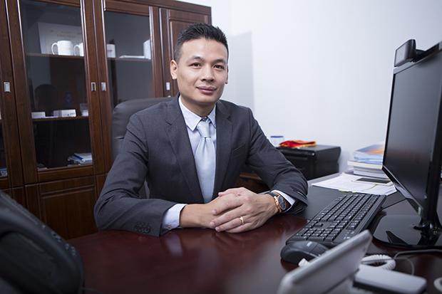 """Đại sứ FPT Telecom - Vũ Anh Tú PTGĐ FPT Telecom được mệnh danh là """"Tiến sĩ Cisco"""", phụ trách khối Kỹ thuật - Công nghệ nhà Viễn thông. Sinh năm 1978 và gia nhập FPT ngay sau khi tốt nghiệp Khoa CNTT, Đại học Bách khoa Hà Nội năm 2001. Ngay từ khi còn là sinh viên, anh Vũ Anh Tú đã xây dựng phần mềm gõ tiếng Việt trên nền tảng hệ điều hành di động Windows CE trên PDA điện thoại cá nhân, ứng dụng cho phóng viên Thông tấn xã Việt Nam. Trong nhiều năm làm việc, kinh nghiệm về mạng và lập trình của anh được phát huy mạnh mẽ trong việc triển khai hệ thống mạng viễn thông, bảo mật cho các ngân hàng lớn, các cơ quan chính phủ - những đối tác lớn của FPT."""