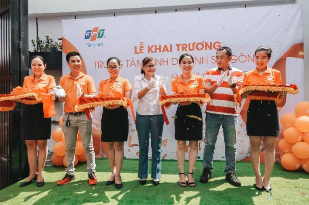 Lễ khai trương có sự hiện diện của hơn 50 CBNV SG12 và Ban giám đốc, trong đó có PGĐ FPT Telecom TP HCM Nguyễn Thị Hữu Quyên, GĐ Vùng 5 Phạm Thanh Tuấn.