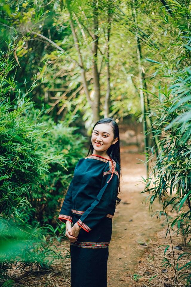 Nguyễn Thị Hương Giang hiện là sinh viên chuyên ngành Quản trị khách sạn tại FPT Polytechnic Đà Nẵng. Với mong muốn lưu giữ vẻ đẹp của tuổi thanh xuân 20, cô nàng cùng với sinh viên Huy Quân, chuyên ngành Thiết kế đồ họa – Mỹ thuật Đa phương tiện, thực hiện bộ ảnh trong trang phục dân tộc Ê đê.