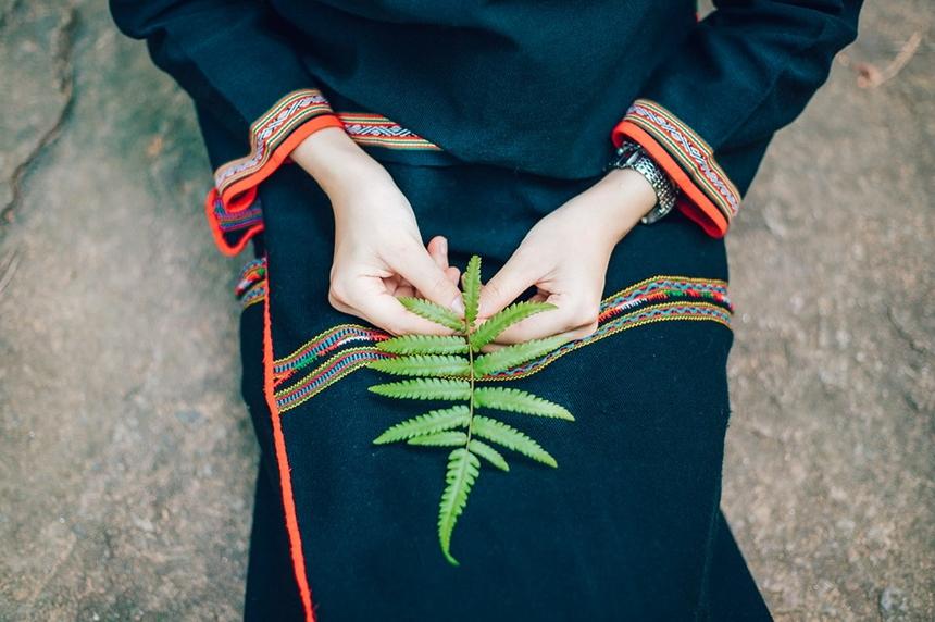 Dân tộc Ê đê có nhiều đặc trưng riêng, một trong những nét văn hóa phải kể đến chính là trang phục. Dù trang điểm nhẹ nhàng, trang phục đơn giản, nhưng cô nàng vẫn toát lên vẻ đẹp trong sáng.