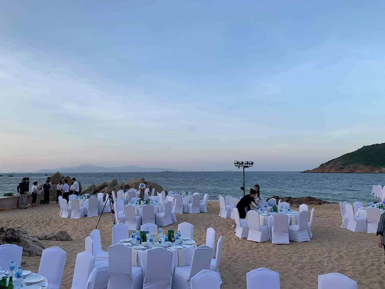18h30, sân khấu vinh danh đã sẵn sàng ngay bờ biển thoáng đãng.