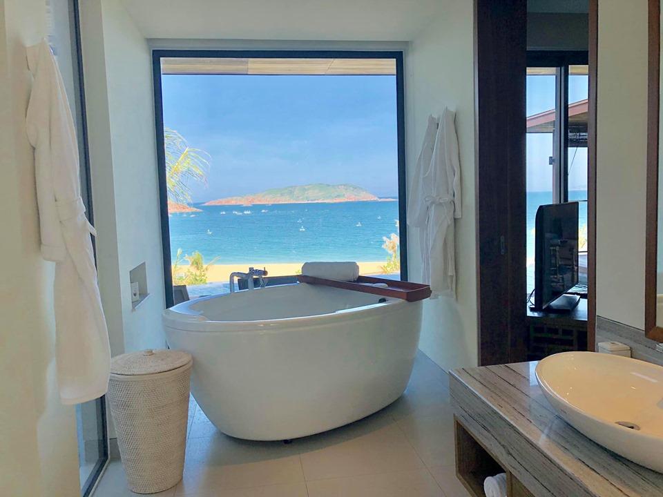 Phòng tắm được thiết kế hiện đại với bồn tắm lớn và view hướng ra phía biển thoáng đãng, thư giãn.